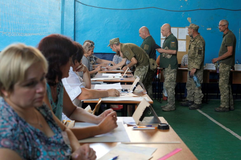 Militari ucraini in fila in un seggio di Donetsk