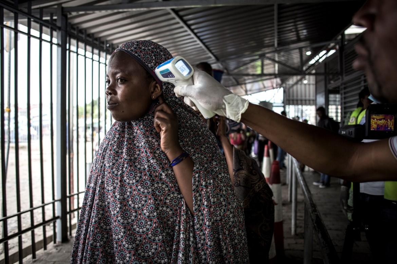 Misurazione della febbre negli screening anti-Ebola a Goma