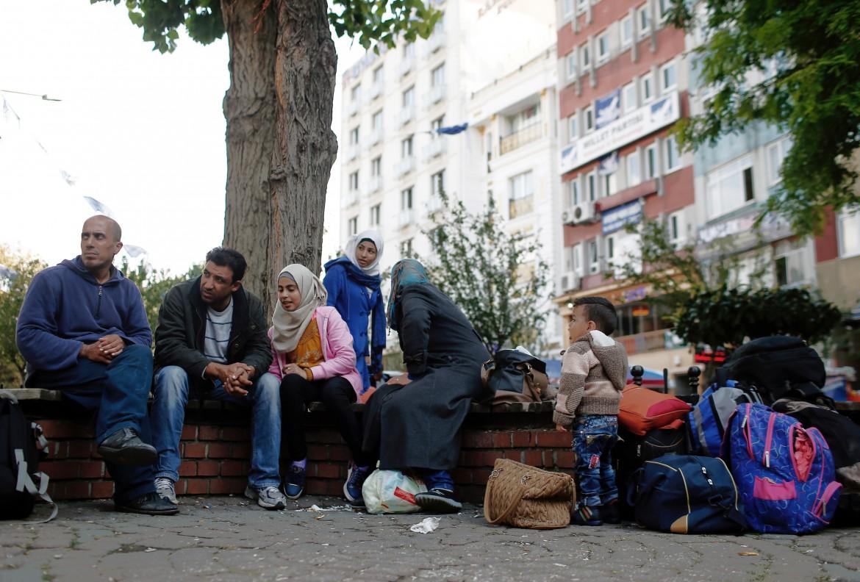 Profughi siriani accampati in una piazza di Istanbul