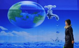 Sullacqua passi indietro da gigante