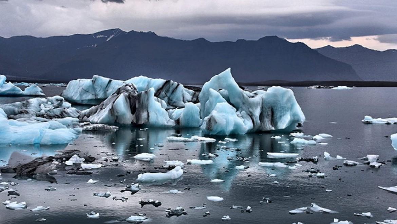 Scioglimento di un ghiacciaio causato dai cambiamenti climatici