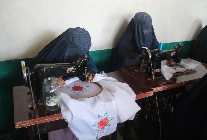 Provincia di Khost, 30 luglio. Donne che hanno perso il marito nel conflitto partecipano a un programma di inserimento al lavoro