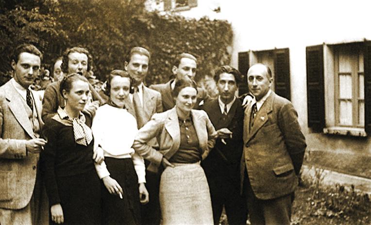 Antonio Banfi (ultimo a destra) con i suoi allievi nel 1935. Da sinistra: Vittorio Sereni, Antonia Pozzi, Remo Cantoni, Alberto Mondadori ed Enzo Paci. In basso da sinistra: Ottavia Abate, Elisa Buzzoni e Clelia Abate