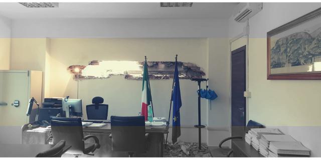 Una foto della Fp Cgil che mostra i danni al palazzo di via Ippolito Nievo a Roma per la demolizione a Trastevere