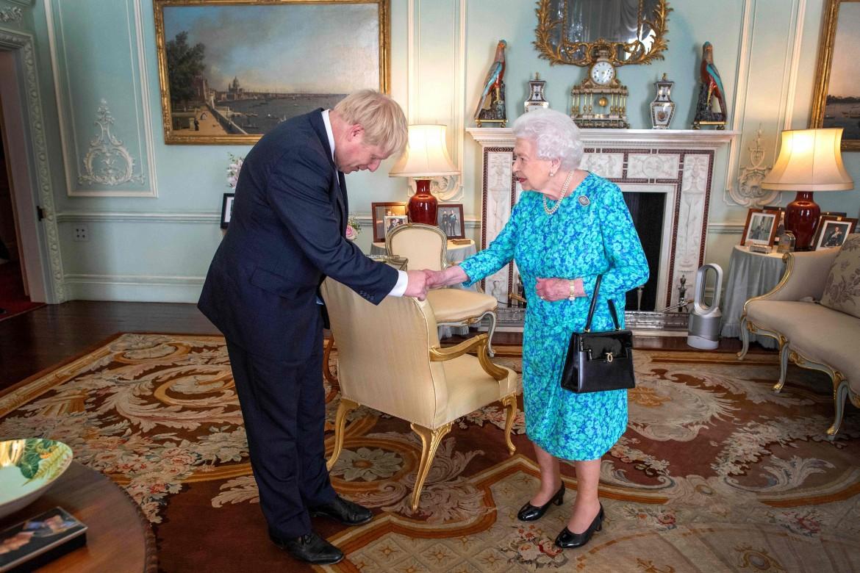 Il leader Tory Boris Johnson riceve l'incarico a premier dalla regina Elisabetta II