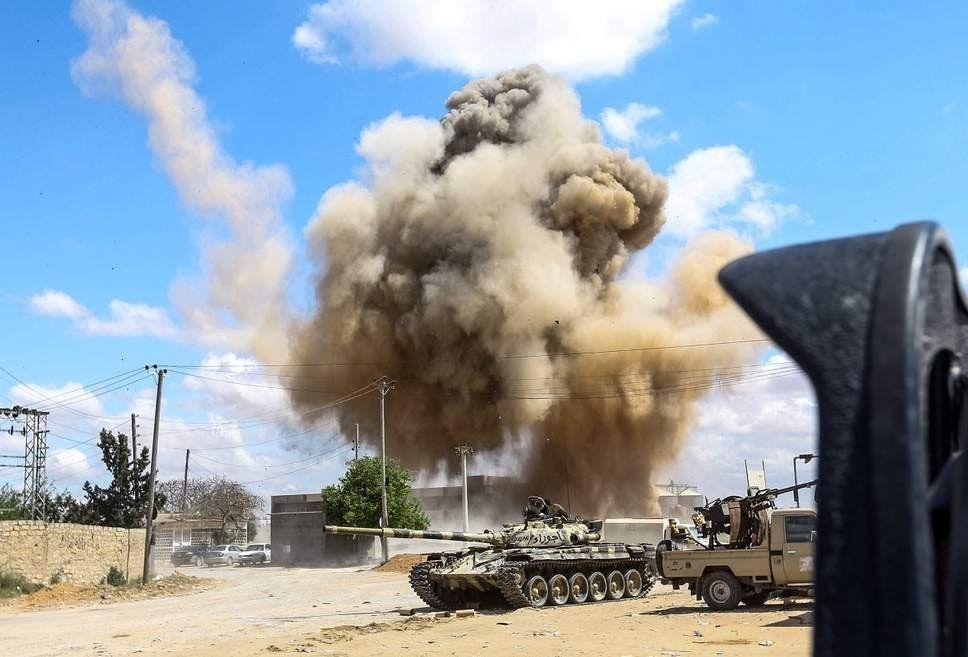 Carri armati in azione nei sobborghi meridionali di Tripoli