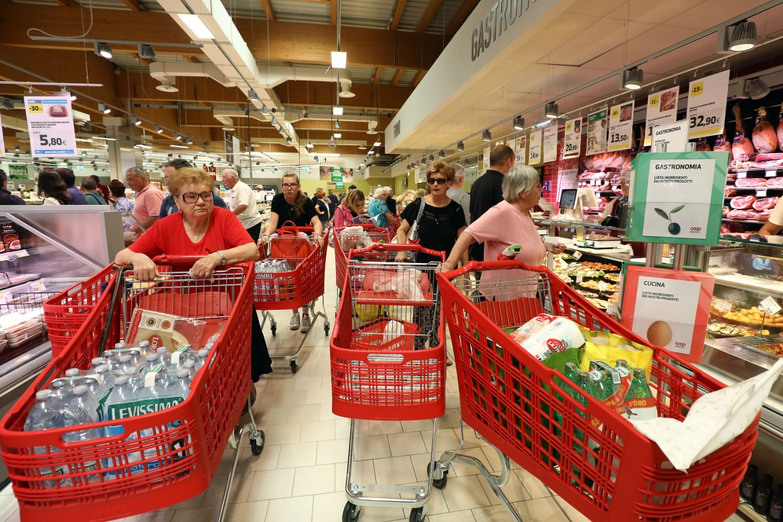 Persone che fanno la spesa in un supermercato Coop