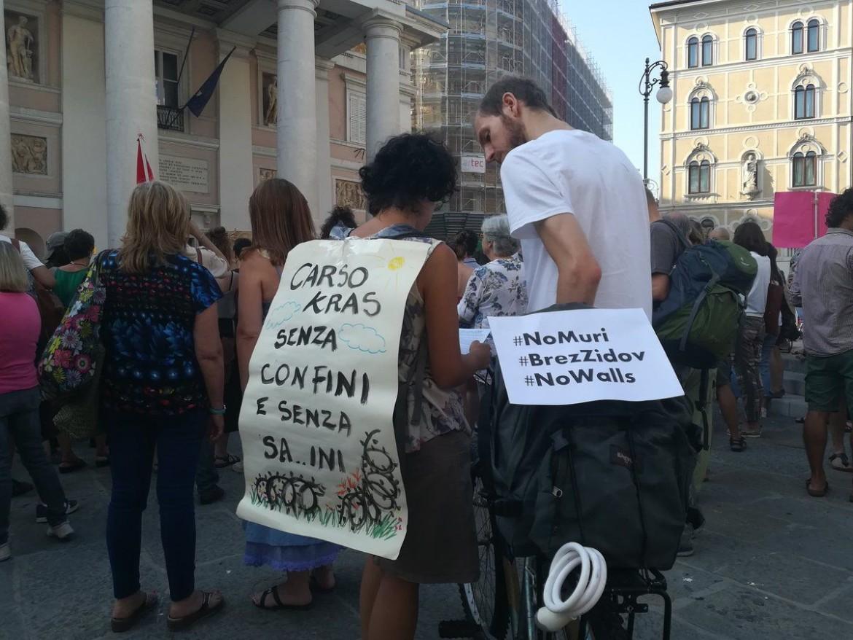 La protesta ieri a Trieste contro il Muro di Salvini