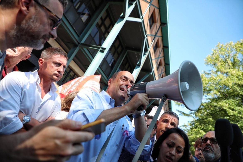 Nicola Zingaretti ieri a Bologna con le operaie in lotta dell'azienda La Perla