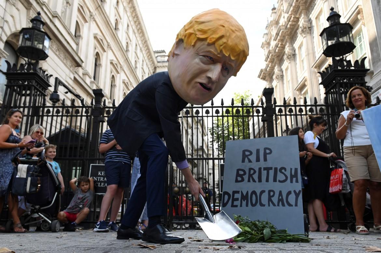 Un pupazzo di Boris Johnson protesta contro la «Prorogation» di fronte a Downing Street