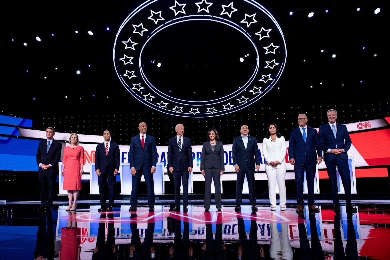 I candidati partecipanti alla seconda puntata, con Joe Biden al centro
