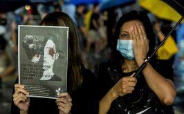 Nella foto la denuncia delle violenze di polizia e la solidariet con una manifestante che durante gli scontri stata ferita a un occhio