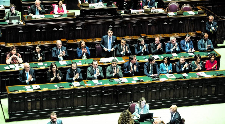 Il governo Conte quasi al completo (manca il ministro Costa) per la fiducia alla camera dei deputati; in basso gli appunti del premier