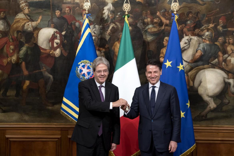 Il commissario europeo all'Economia Paolo Gentiloni e il presidente del Consiglio Giuseppe Conte