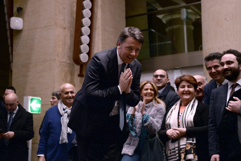 Matteo Renzi con i suoi parlamentari