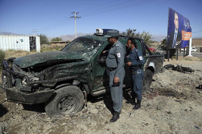 La polizia afghana sul luogo dell'attacco suicida nella provincia afghana di Parwan, a pochi passi dal comizio del presidente Ghani