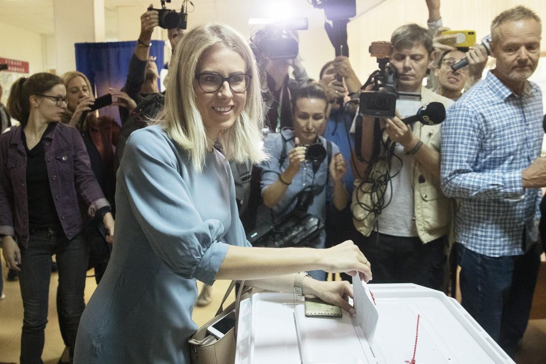 L'attivista russa Lyubov Sobol, tra i 57 candidati non ammessi, in un seggio di Mosca