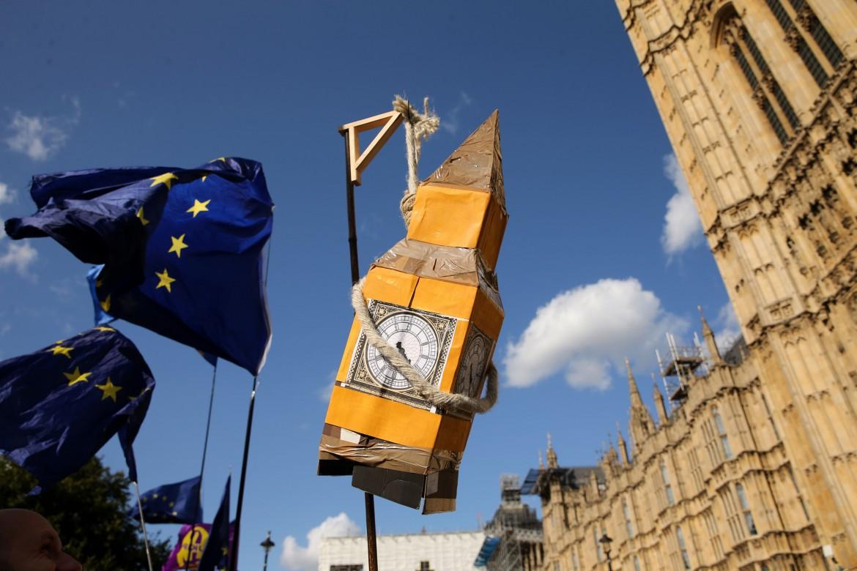 Londra, manifestazione davanti a Westminster; in basso lo speaker della camera John Bercow