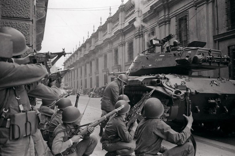 I soldati agli ordini di Pinochet assediano La Moneda