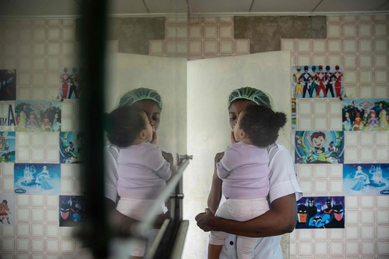Benin City, 27 giugno 2019. Una delle circa 14 mila giovani che hanno approfittato del programma di ritorni volontari delle Nazioni unite per rientrare in Nigeria con il suo bambino