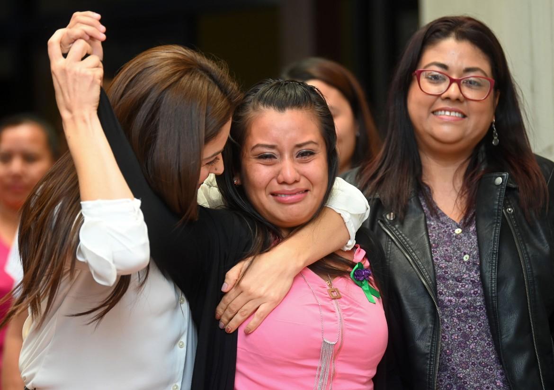 Ciudad Delgado, El Salvador, 19 agosto 2019, l'emozione di Evelyn Hernández dopo la sentenza di assoluzione