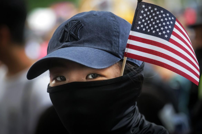 La manifestazione verso il consolato americano di Hong Kong di domenica
