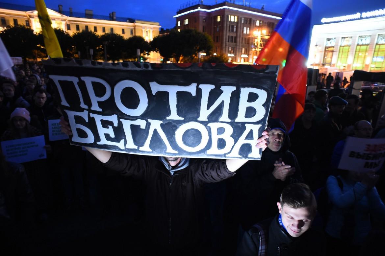 La protesta dei sostenitori dell'opposizione contro le frodi elettorali dopo il voto dell'8 settembre a San Pietroburgo; in basso Ella Pamfilova nella sede della Commissione elettorale