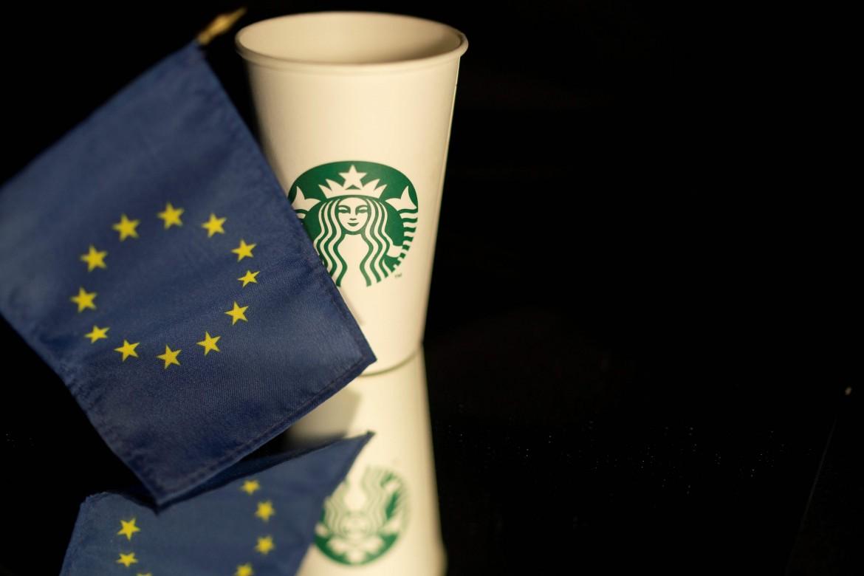 La walkie cup Starbucks; in basso Margrete Vestager