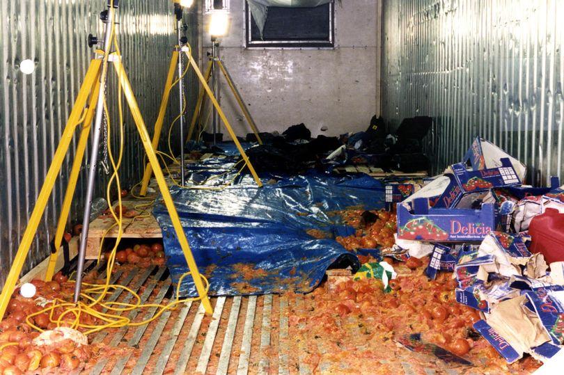 L'interno del camion trovato a Dover nel 2000