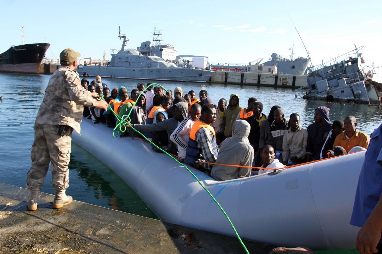 Migranti riportati a terra dalla guardia costiera libica