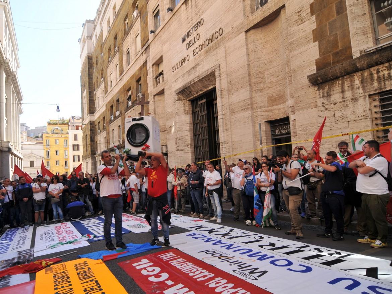 Una manifestazione sotto al Mise dei lavoratori della Whirlpool Napoli in epoca pre Covid