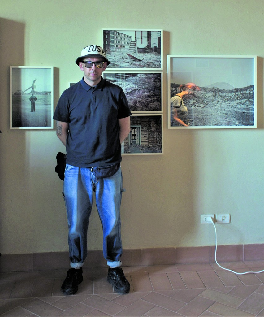 Michal Szlaga nella sala dedicata al suo lavoro per il festival di fotografia nella Rocca Colonna di Castelnuovo