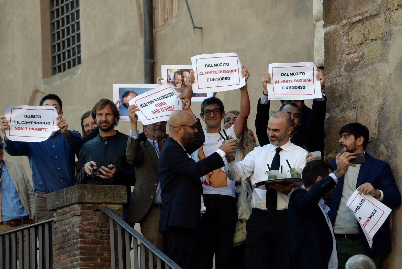 Consiglieri grillini offrono mojito ai leghisti e al loro leader Salvini che protestano in Campidoglio