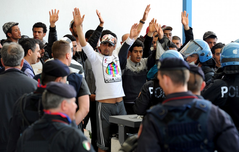 Aeroporto di Lampedusa, rimpatrio di un gruppo di 30 tunisini
