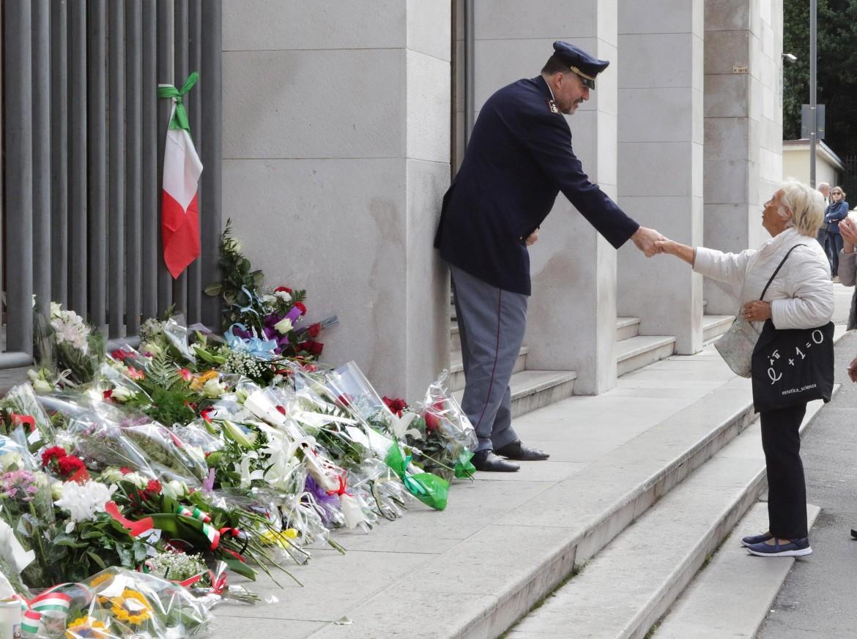 Scene di solidarietà e cordoglio ai poliziotti della Questura di Trieste
