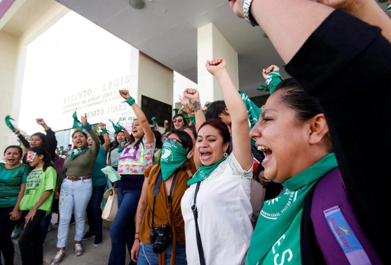 La festa davanti al Congresso dello Stato di Oaxaca il 26 settembre scorso, dopo il voto