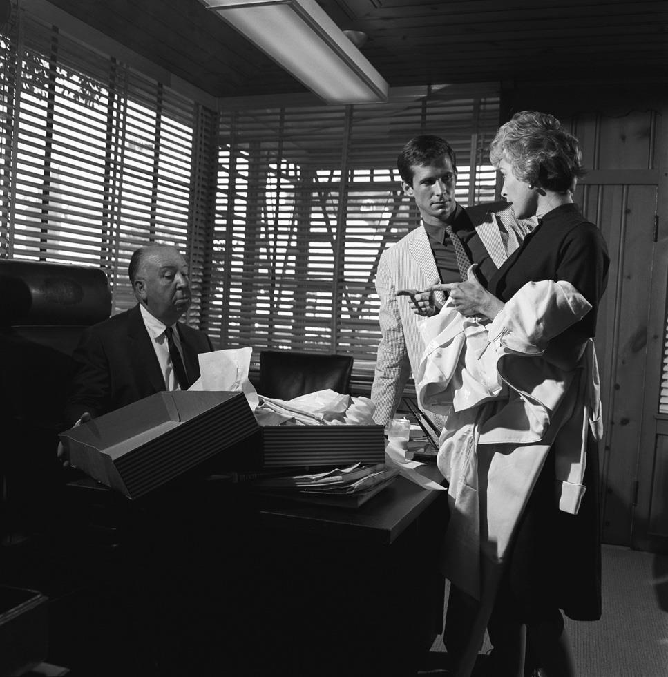 Alfred Hitchcock, Anthony Perkins, and Janet Leigh, 1959, foto Sid Avery
