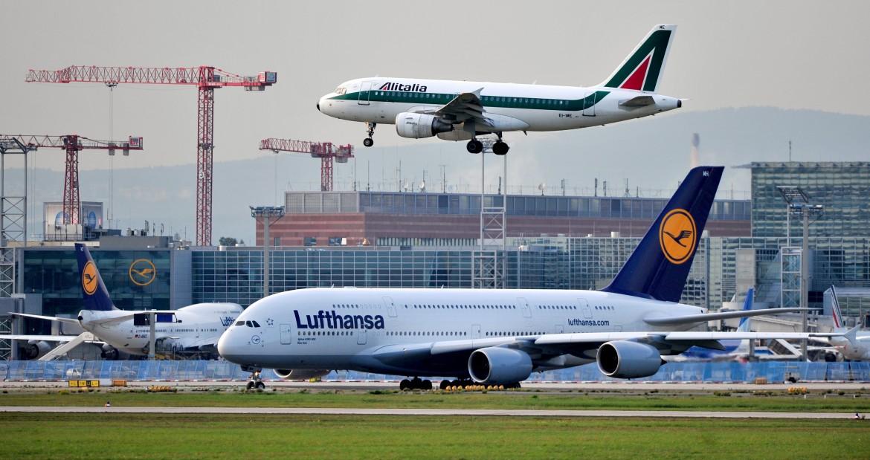 Un aereo Alitalia sopra ad uno Lufthansa