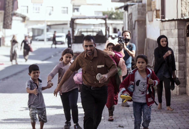 Civili in fuga dai bombardamenti nel nord-est siriano