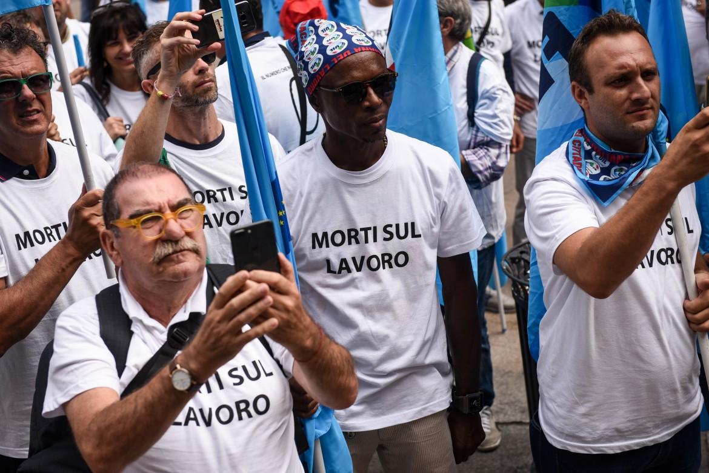 Una protesta contro l'insicurezza che causa le morti sul lavoro