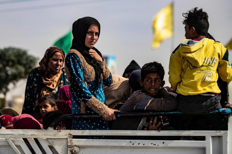 Una famiglia sfollata arriva a Tel Temer, provincia di Hasakeh