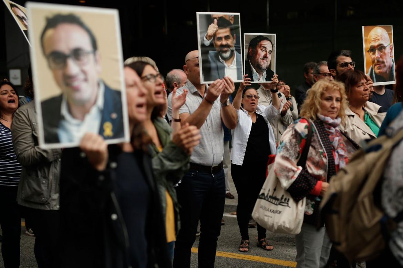 Barcellona, protesta contro le condanne agli indipendentisti; in basso la concentrazione convocata da «Tsunami democratico» all'aeroporto di Barcellona