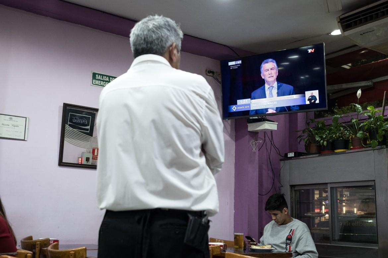Il dibattito televisivo tra i candidati alle presidenziali visto in un bar di Buenos Aires