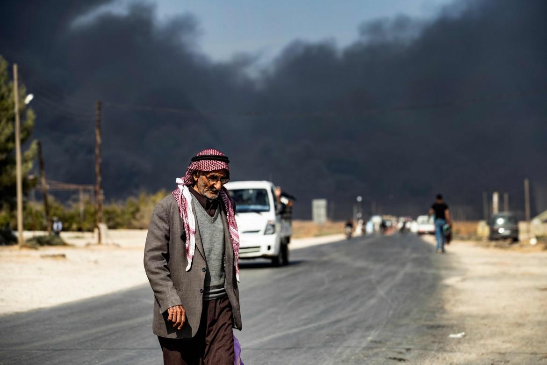 Tel Temer, sullo sfondo il fumo di pneumatici dati alle fiamme per ridurre la visibilità ai caccia turchi