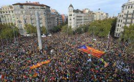 La concentrazione in plaa Cinc dOros la marcia per la libert manifestanti davanti alla Sagrada familia e i disordini davanti alla procura in in Via Laietana