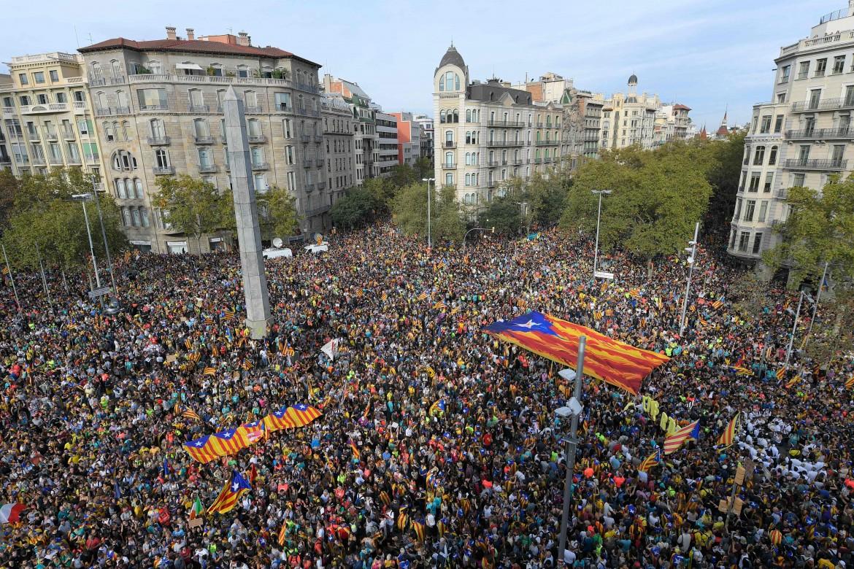 La concentrazione in plaça Cinc d'Oros;  la marcia per la libertà, manifestanti davanti alla Sagrada familia e i disordini davanti alla procura in in Via Laietana
