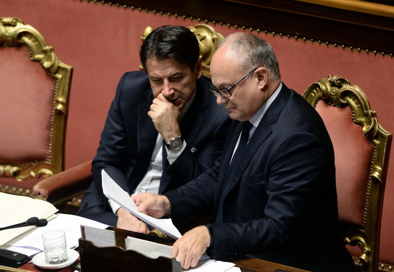 Giuseppe Conte con il ministro dell'economia Roberto Gualtieri