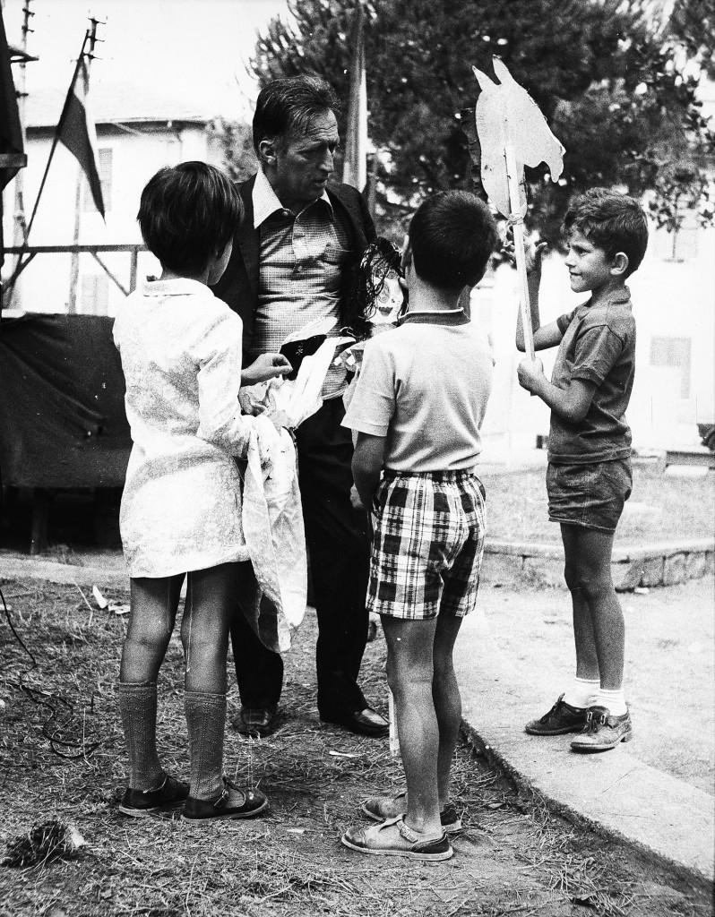 Gianni Rodari con i bambini. A destra, piccola, illustrazione di Maki Hasegawa