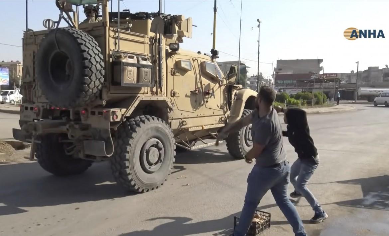 Qamishlo, pietre e pomodori marci contro le truppe Usa in ritirata verso l'Iraq foto