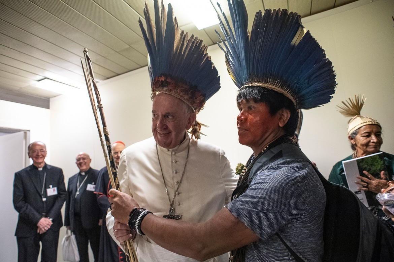 Papa Francesco e un rappresentante delle comunità indigene dell'Amazzonia nell'Aula Paolo VI